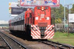 El tren de pasajeros llega. Fotografía de archivo