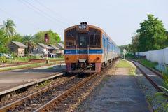 El tren de pasajeros llega en el ferrocarril de Phetchaburi, Tailandia fotos de archivo
