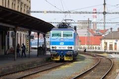 El tren de pasajeros llega el ferrocarril principal de Brno imágenes de archivo libres de regalías