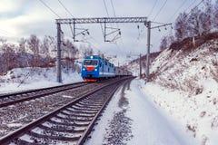 El tren de pasajeros se mueve a lo largo del lago Baikal Ferrocarril del siberiano del transporte Fotos de archivo