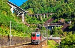 El tren de pasajeros va abajo del paso de Gotthard - Suiza Fotografía de archivo