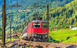 El tren de pasajeros va abajo del paso de Gotthard - Suiza Imagen de archivo