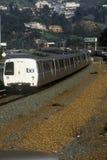 El tren de San Francisco Bay Area Rapid Transit, designado comúnmente BARONET, lleva a viajeros a su destino siguiente Foto de archivo libre de regalías
