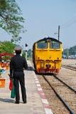 El tren de Tailandia está corriendo en la manera del carril Fotos de archivo