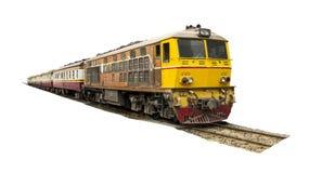 El tren del amarillo de la procesión llevó en locomotora eléctrica diesel vieja en las vías foto de archivo libre de regalías