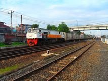 El tren del cargo del cemento sale de la estación de Lempuyangan imágenes de archivo libres de regalías