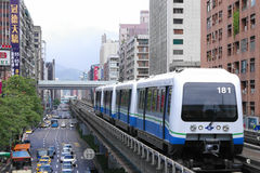 El tren del funcionamiento del metro de Taipei en el carril elevado a través de la ciudad imágenes de archivo libres de regalías