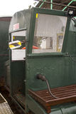 El tren del indicador estrecho que funciona con la longitud de los pasajeros que llevan del embarcadero de Hythe a y desde el tra Imagen de archivo
