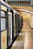 El tren del metro de Moscú en la estación abandonada fotografía de archivo