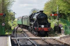 El tren del vapor se acerca a la estación Foto de archivo