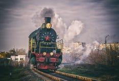 El tren del vintage de la locomotora de vapor monta en el ferrocarril foto de archivo