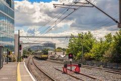 El tren eléctrico se mueve lejos de la estación de tren Imagen de archivo