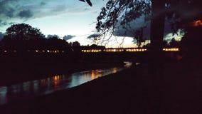 El tren en el amanecer enciende para arriba la noche Imagenes de archivo