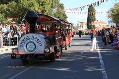 El tren en el carnaval. Imagen de archivo libre de regalías