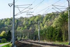 El tren en las vías endereza fotografía de archivo