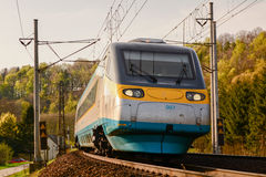 El tren en las vías endereza imagen de archivo