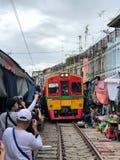 El tren en el mercado en Tailandia imagen de archivo