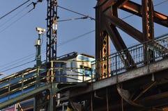 El tren entra en el puente Fotos de archivo libres de regalías
