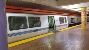 El tren está esperando en la plataforma 2 foto de archivo