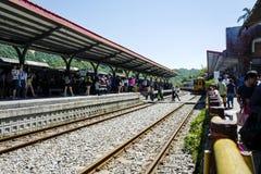 El tren está viniendo al ferrocarril de Shifen, es un ferrocarril situado en Pingxi imagen de archivo libre de regalías