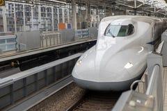 El tren expreso llega el ferrocarril imagen de archivo
