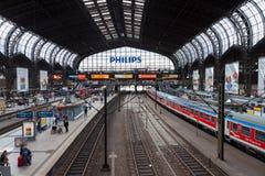 El tren expreso regional alemán de Deutsche Bahn, llega la estación de tren de Hamburgo en junio de 2014 Fotografía de archivo libre de regalías