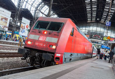 El tren expreso regional alemán de Deutsche Bahn, llega la estación de tren de Hamburgo en junio de 2014 Foto de archivo