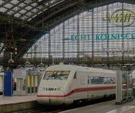 El tren interurbano de alta velocidad se sienta en la estación de tren famosa de Colonia imagen de archivo libre de regalías
