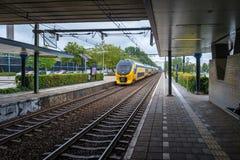 El tren interurbano holandés llega el ferrocarril imágenes de archivo libres de regalías