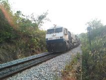 El tren llega foto de archivo
