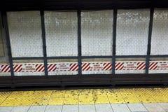 El tren llega en la estación del metro, Nueva York foto de archivo
