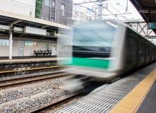 El tren llega en la plataforma el ferrocarril imagen de archivo