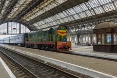 El tren llega el ferrocarril de Lviv fotografía de archivo