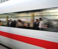El tren llega la estación Fotografía de archivo libre de regalías