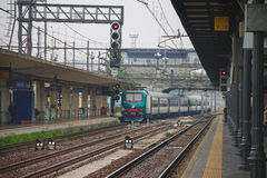 El tren llega la estación de Bolonia en Italia Imágenes de archivo libres de regalías