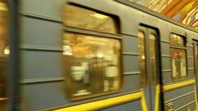 El tren llega la estación de metro