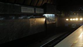 El tren llega la estación de metro Estación de metro subterráneo de la ciudad Tren que sale de la estación de metro fotografía de archivo