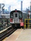 El tren 7 llega la plaza de Queensboro, Nueva York Foto de archivo libre de regalías