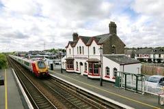 El tren llega el llanfairpwllgwyngyll Reino Unido de la estación imagen de archivo