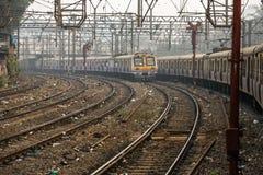 El tren local que corre en uno de los muchos ferrocarriles en Bombay Bombay, la India imágenes de archivo libres de regalías