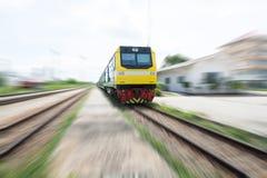 El tren locomotor se está moviendo Fotografía de archivo