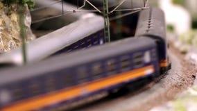 El tren modelo está conduciendo almacen de metraje de vídeo
