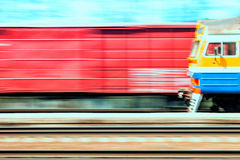 El tren pasa un tren de carga a una velocidad Fotografía de archivo