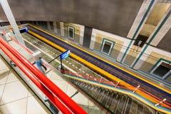El tren que apresura pasa la estación de tren de Blaak en Rotterdam Foto de archivo libre de regalías