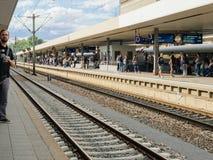 El tren que espera de la gente para retrasa nervioso imagen de archivo