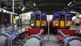 El tren que llega la estación de Waterloo en día laborable regular de la mañana conmuta