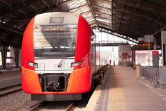 El tren rápido llegó el ferrocarril imagenes de archivo