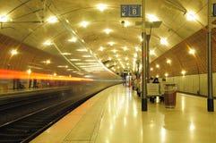 El tren sale de la estación. Imágenes de archivo libres de regalías