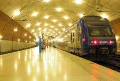 El tren se coloca en la estación. Imagen de archivo