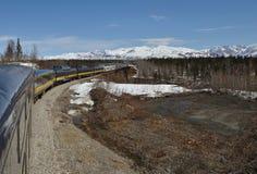 El tren se está moviendo a lo largo de las montañas Imágenes de archivo libres de regalías